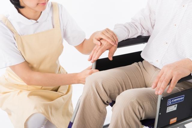 車いすの人を介護